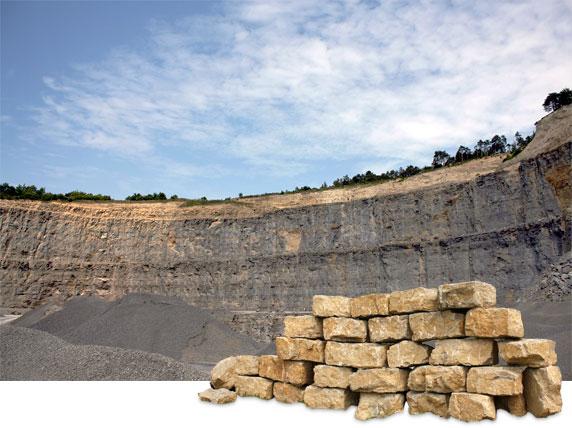 Ansicht Steinbruch mit Mauerblöcken aus Kalkstein bzw. Muschelkalk